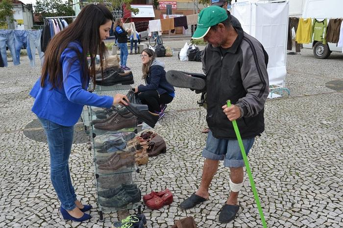 Saúde faz brechó do Consultório de Rua na Praça da Matriz